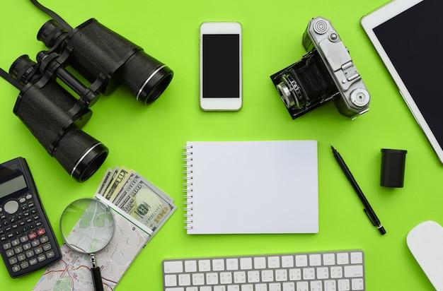 Disposizione piana degli accessori sul fondo verde dello scrittorio