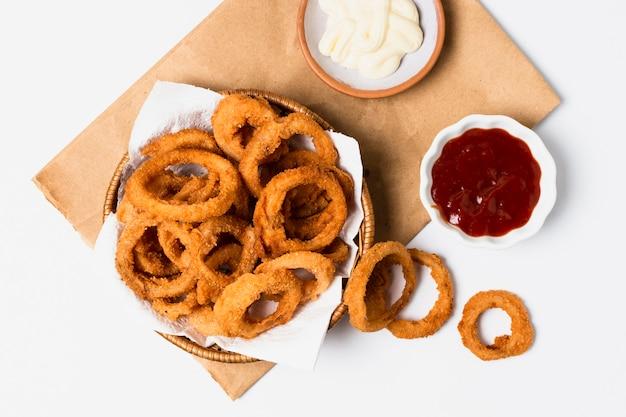 Disposizione piana degli anelli di cipolla con ketchup