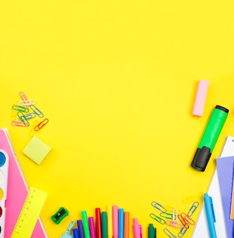 Disposizione piana degli elementi essenziali della scuola con le matite e lo spazio della copia