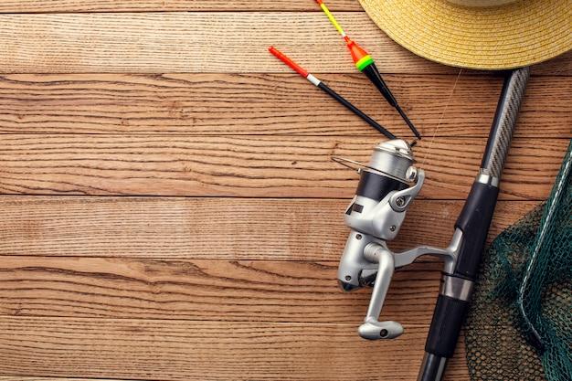 Disposizione piana degli elementi essenziali di pesca con lo spazio della copia