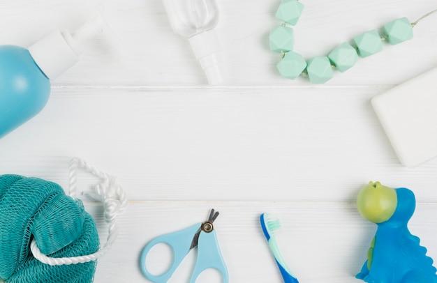 Disposizione piana degli elementi essenziali per la doccia di bambino
