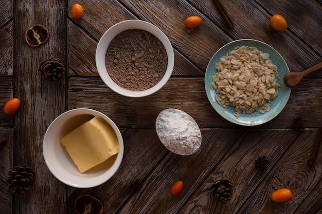 Disposizione piana degli ingredienti della torta con burro