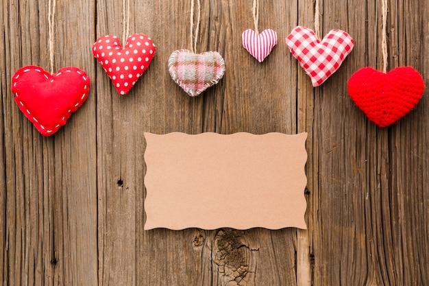 Disposizione piana degli ornamenti di giorno di biglietti di s. valentino con carta