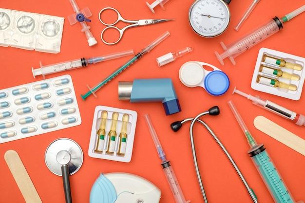Disposizione piana degli strumenti medici su fondo arancio