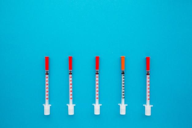 Disposizione piana degli strumenti medici su fondo blu. mock up background medico sanitario.