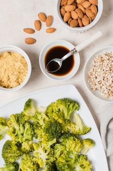 Disposizione piana dei broccoli sul piatto con le mandorle