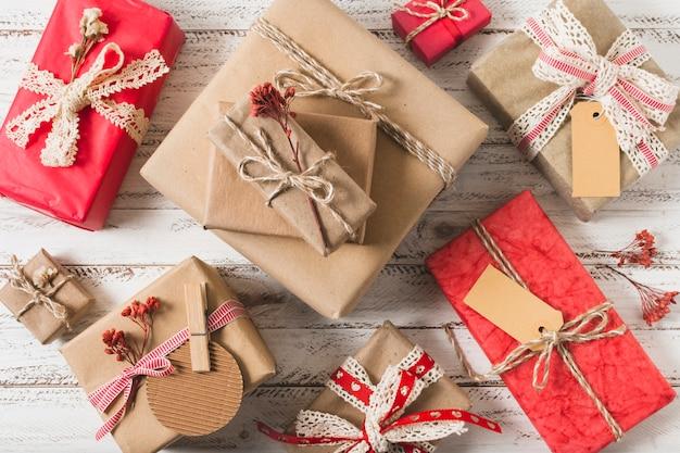Disposizione piana dei contenitori di regalo su fondo di legno