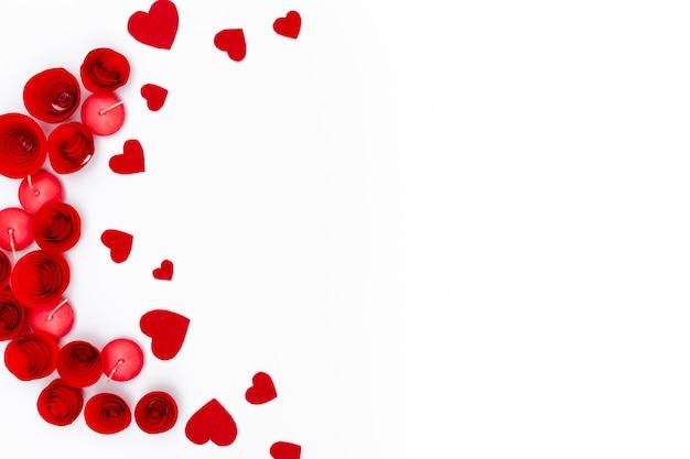 Disposizione piana dei cuori di san valentino con le candele e lo spazio della copia