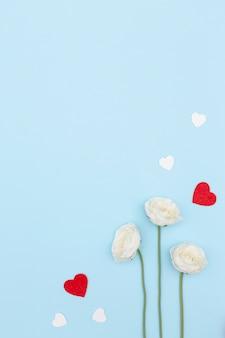 Disposizione piana dei fiori di giorno di biglietti di s. valentino con lo spazio e i cuori della copia