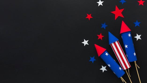 Disposizione piana dei fuochi d'artificio di festa dell'indipendenza con le stelle e lo spazio della copia