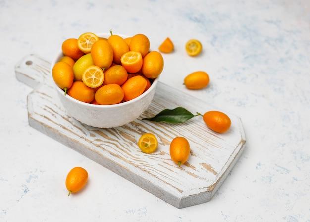 Disposizione piana dei kumquat su una superficie di calcestruzzo
