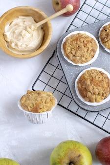 Disposizione piana dei muffin alle mele freschi al forno