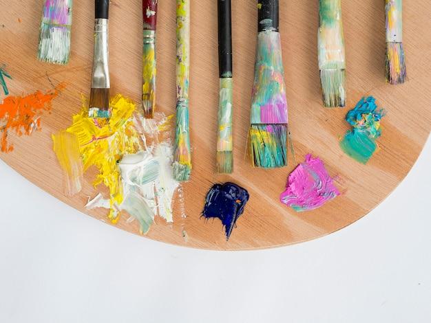 Disposizione piana dei pennelli con la tavolozza