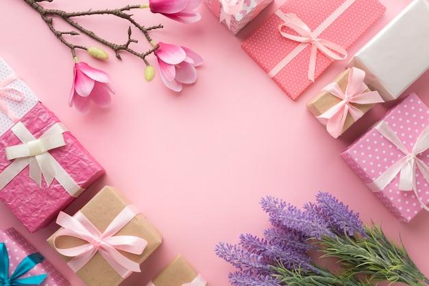 Disposizione piana dei regali con magnolia e lavanda