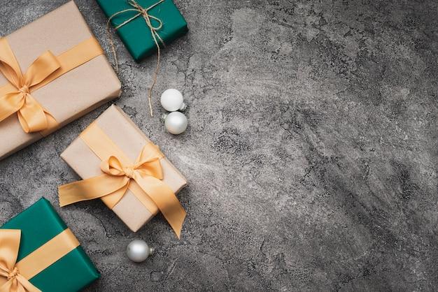 Disposizione piana dei regali di natale con lo spazio della copia