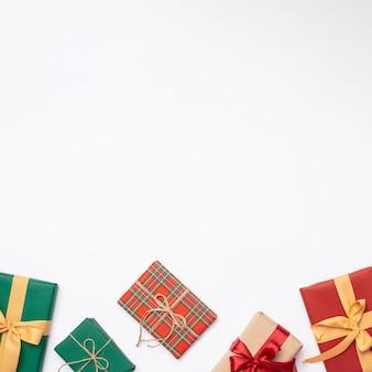 Disposizione piana dei regali di natale su fondo bianco con lo spazio della copia
