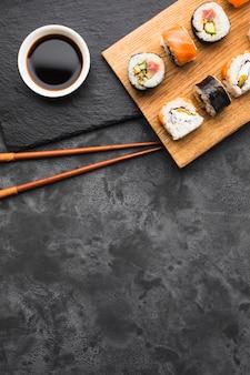 Disposizione piana dei sushi di disposizione con lo spazio della copia