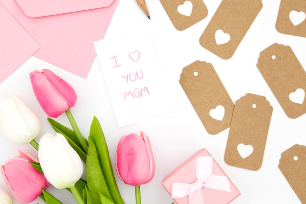 Disposizione piana dei tulipani bianchi e rosa