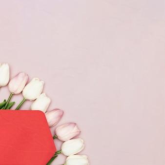 Disposizione piana dei tulipani per la festa della mamma con lo spazio della copia