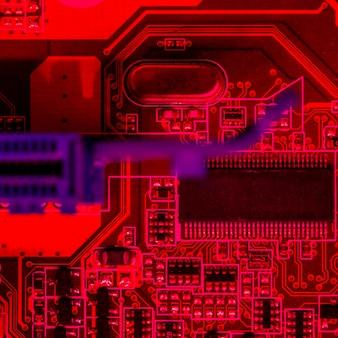 Disposizione piana del circuito stampato a tema rosso con chip