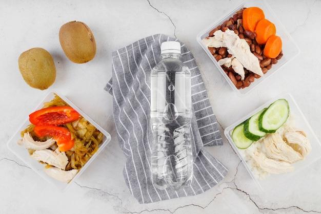 Disposizione piana del concetto dell'alimento con la bottiglia di acqua