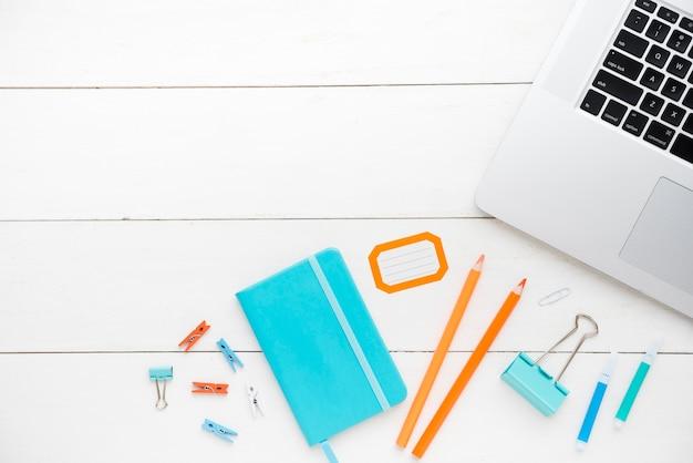 Disposizione piana del concetto della scrivania