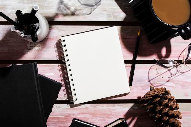 Disposizione piana del concetto dello scrittorio sulla tavola di legno