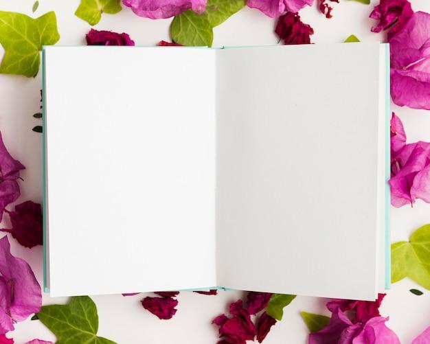 Disposizione piana del concetto floreale con lo spazio della copia