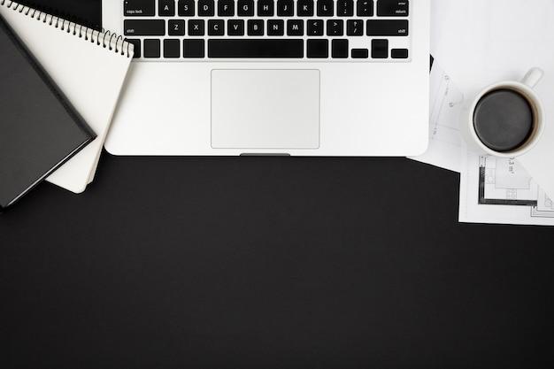 Disposizione piana del concetto scuro dello scrittorio con lo spazio della copia