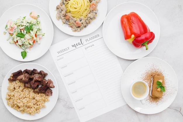 Disposizione piana del concetto settimanale del pianificatore del pasto