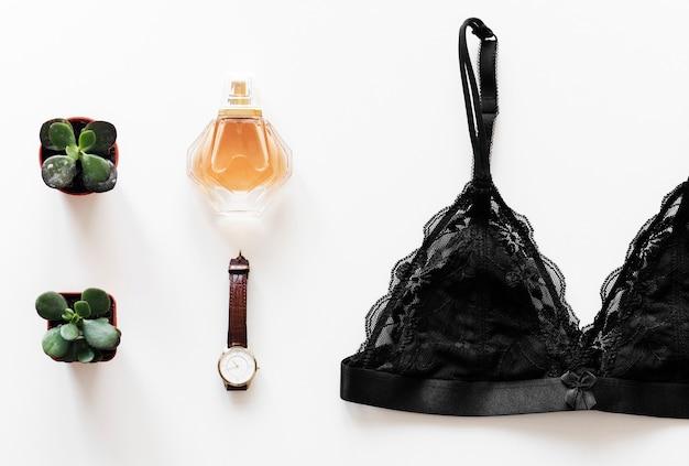 Disposizione piana del cosmetico della donna isolata