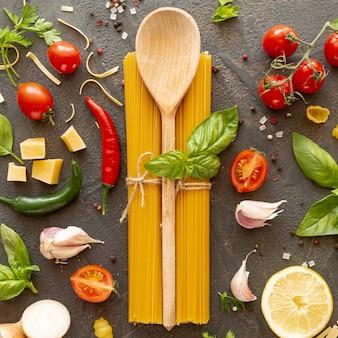 Disposizione piana del cucchiaio e degli ingredienti di legno