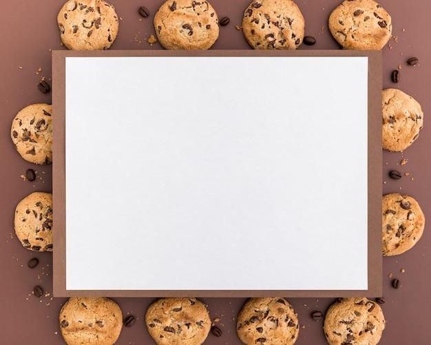 Disposizione piana del menu in bianco con i biscotti