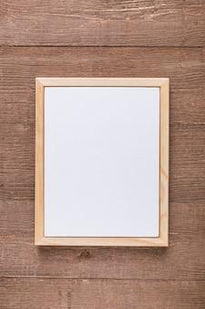 Disposizione piana del menu in bianco su superficie di legno