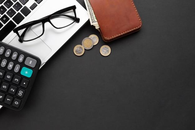 Disposizione piana del portafoglio vicino al computer portatile