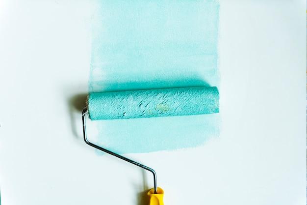 Disposizione piana del rullo di vernice isolata su fondo bianco
