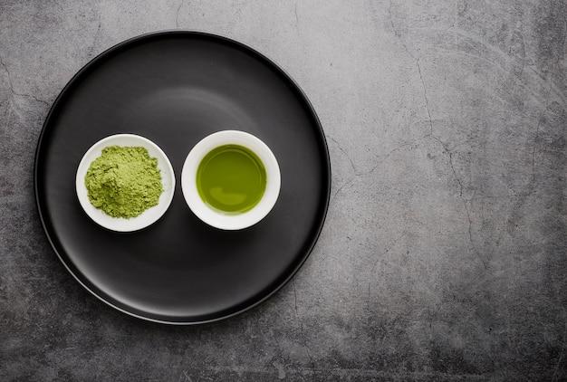 Disposizione piana del tè di matcha in tazza con lo spazio della copia