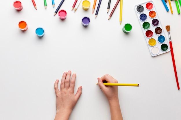 Disposizione piana dell'acquerello colorato con lo spazio della copia