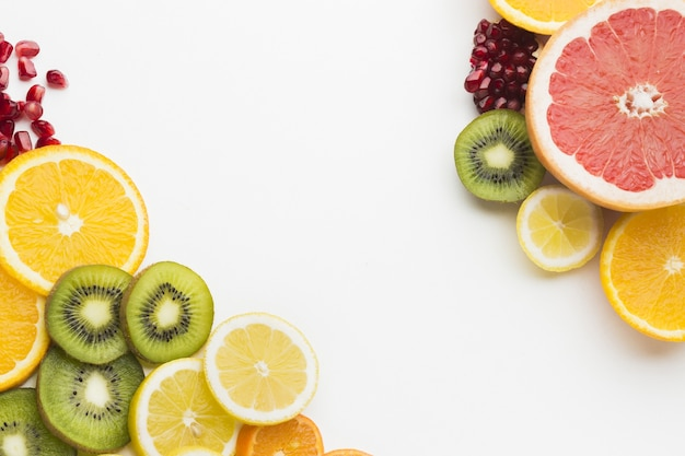 Disposizione piana dell'assortimento di frutta con spazio di copia