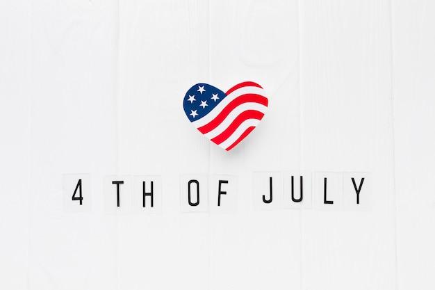 Disposizione piana della bandiera americana a forma di cuore per la festa dell'indipendenza