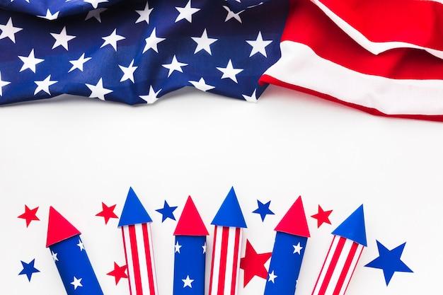 Disposizione piana della bandiera americana con i fuochi d'artificio di festa dell'indipendenza