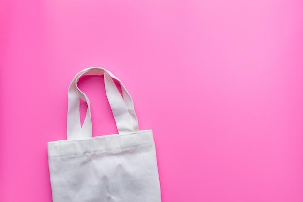 Disposizione piana della borsa di stoffa dei prodotti sostenibili sul rosa