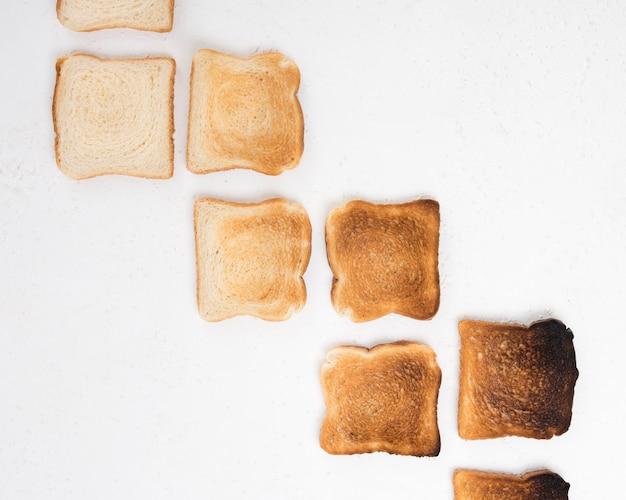 Disposizione piana della disposizione del pane tostato