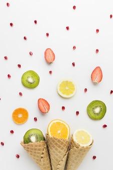 Disposizione piana della frutta e concetto del cono gelato