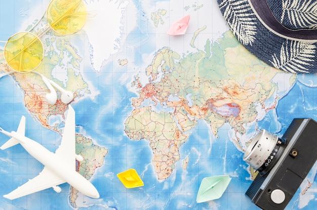 Disposizione piana della mappa con barche di carta