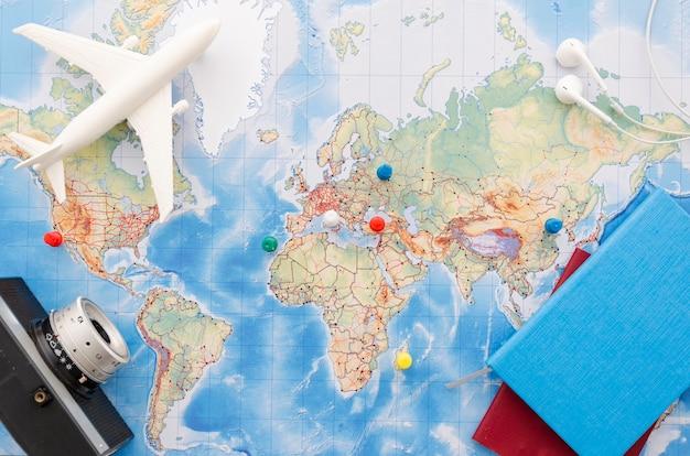 Disposizione piana della mappa con fotocamera e quaderni