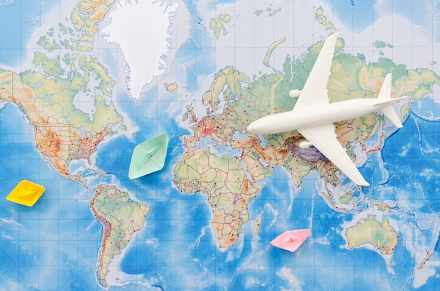Disposizione piana della mappa con il giocattolo dell'aeroplano