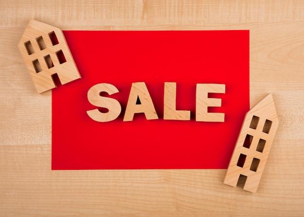 Disposizione piana della parola di vendita sulla tavola di legno