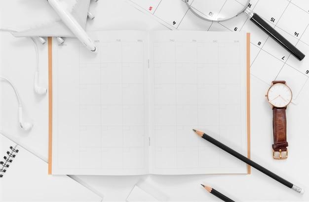 Disposizione piana della pianificazione di viaggio con il pianificatore di itinerario di viaggio dello spazio in bianco su fondo bianco