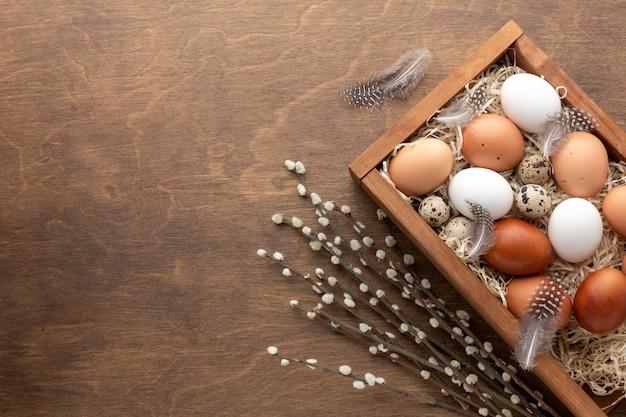 Disposizione piana della scatola con le uova per lo spazio della copia e di pasqua